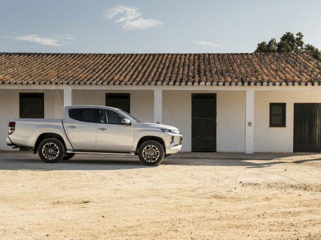 Nová L200 Double Cab White Diamond – Exterior Static On-road (05)