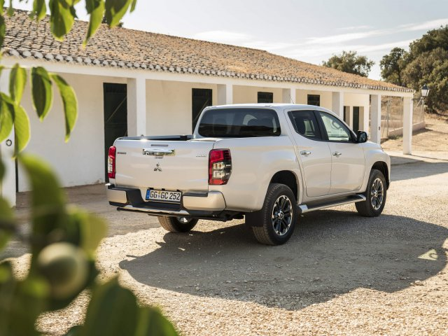 Nová L200 Double Cab White Diamond – Exterior Static On-road (06)