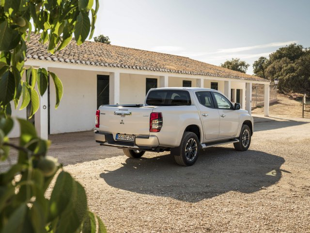 Nová L200 Double Cab White Diamond – Exterior Static On-road (07)